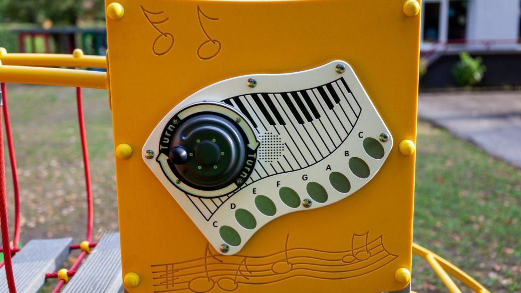 Sensoryczny, elektroniczny panel muzyczny pianiono. Plac zabaw w Skarżysku-Kamiennej.